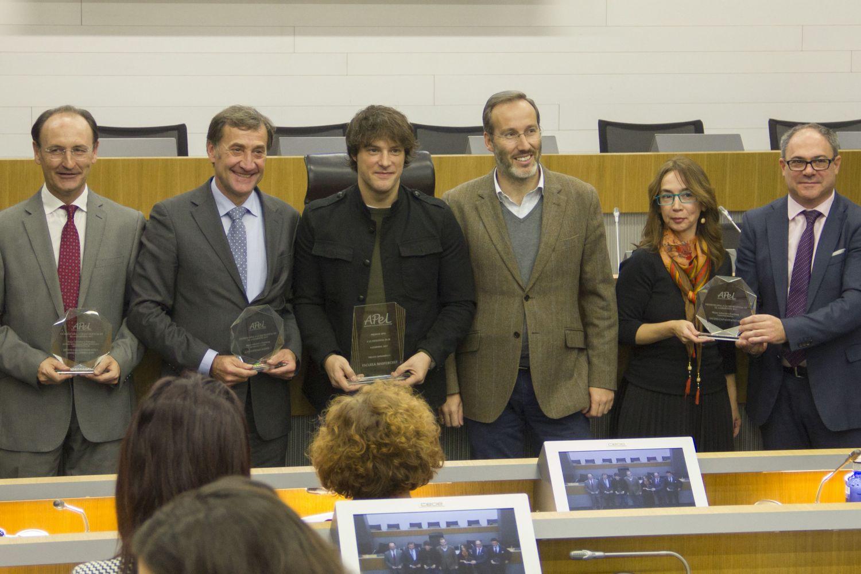 Recoge el Premio Javier Pérez Fernández (primero por la derecha), director general de Mayores y Personas con Discapacidad, y Eugenia Fernández, directora de Inciso Integración.
